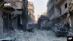 Warga Suriah memeriksa bangunan-bangunan yang hancur pasca serangan udara pasukan pemerintah Suriah di Aleppo (Foto: dok). Pasukan Suriah dilaporakan kembali melancarkan serangan udara, kali ini di kota Bzaa, dan menewaskan sedikitnya 10 orang, Senin (6/1).