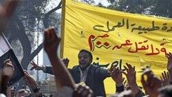 تظاهرات کارگران حمل و نقل عمومی برای دستمزد بیشتر در مقابل ساختمان تلویزیون در قاهره در روز دوشنبه
