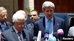 Menlu AS John Kerry (kanan) melakukan konferensi pers bersama Presiden Palestina Mahmoud Abbas (kiri) di Ramallah, Minggu (30/6).