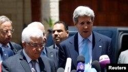 克里跟巴勒斯坦领导人阿巴斯会谈后对媒体发表讲话