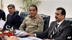 Gen. Ashfaq Parvez Kayani, center, and Prime Minister Yousuf Raza Gilani, right, Islamabad, Pakistan, June 11, 2011.