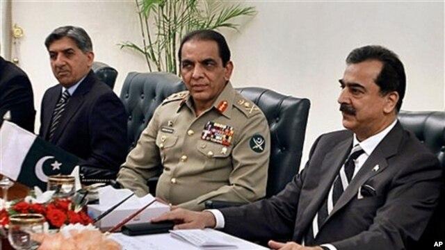 Pakistani PM Yousuf Raza Gilani, right, Pakistani army chief Gen. Ashfaq Parvez Kayani, center, and Pakistani intelligence Chief Lt. Gen. Ahmed Shuja Pasha, left, in Islamabad, Pakistan, June 11, 2011 (file photo).