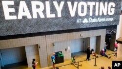 Građani čekaju u redu za rano glasanje u Stejt Farm areni u Atlanti, 12. oktobra 2020.