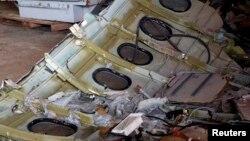 19일 인도네시아 쿠마이 항에 인양된 에어아시아 소속 사고기 동체 잔해가 놓여있다.