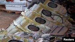 Bagian dari badan pesawat AirAsia Flight QZ8501 yang jatuh terlihat di dalam fasilitas penyimpan di pelabuhan Kumai, Pangkalan Bun (19/1). (Reuters/Beawiharta)