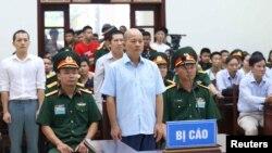 Cựu thượng tá Đinh Ngọc Hệ, hay 'Út trọc', nghe bản cáo trạng tuyên tại một phiên tòa cùa Quân khu 7 ở Hà Nội hôm 31/7.