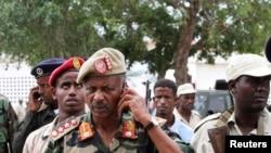Komandan militer Somalia Abdukadir Ali Dini (sedang menelepon) di lokasi serangan bom bunuh diri di Villa Baidoa, Mogadishu, 30 November 2011. (Foto: dok).
