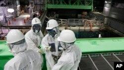 지난달 7일 일본 후쿠시마 원전 4호기에서 관계자들이 시설을 점검하고 있다.