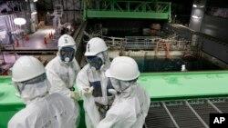 Para insinyur TEPCO mengenakan baju pelindung radiasi untuk memulai pekerjaan berbahaya di Fukushima (foto: dok).