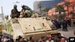 카이로에서 시위를 계속하고 있는 이집트 인들