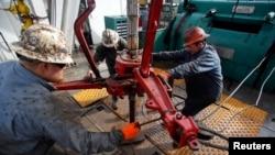 Harga minyak mentah dunia menembus 105 dolar per barel hari Rabu 10/7 (foto: ilustrasi).