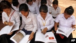 Although Cambodia has seen high enrollment at primary schools, about 95 percent, the rate of students dropping out of secondary and high school remains a problem, file photo.
