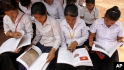 Cambodian students read the first Cambodian-authored Khmer Rouge history textbook during its delivers to a high school students at Anlong Veng, file photo.