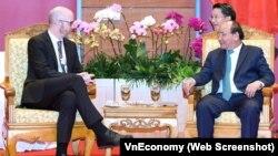 Thủ tướng Nguyễn Xuân Phúc (phải) trong buổi họp với ông Simon Milner-Phó Chủ tịch về Chính sách công tại châu Á-Thái Bình Dương của Facebook.
