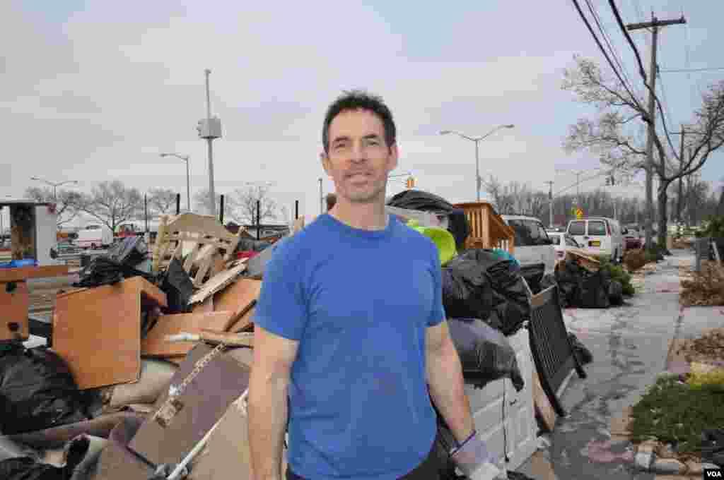 А это владелец гаража. Он уже дней 10 выносит из своего дома обшивку стен и мусор, оставшийся после потопа