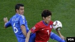 Park Ji-sung beraksi dalam laga Piala Dunia 2010 di Afrika Selatan melawan Yunani Juni lalu. Dalam karir internasionalnya, Park bermain dalam tiga Piala Dunia.