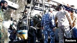 시리아 수도 다마스쿠스에서 1일, 시리아 경찰과 군인들이 버스 폭탄 테러 현장을 조사하고 있다.