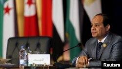 រូបថតឯកសារ៖ ប្រធានាធិបតីអេហ្ស៊ីប Abdel-Fattah el-Sissi នៅក្នុងសន្និសីទមួយនៅទីក្រុងគែរ កាលពីខែមីនា ឆ្នាំ២០១៥។