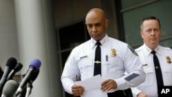 美国巴尔的摩市警察局长出席关于黑人青年格雷死亡事件的记者会