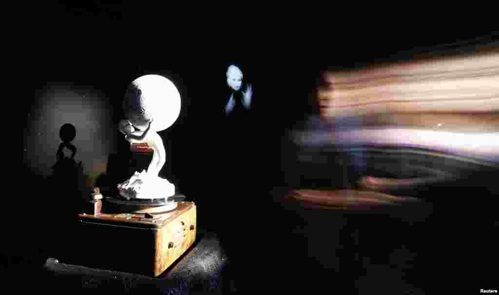 캐나다관에 전시된 섀리 보일의 설치작품 '뮤직 포 사일런스(Music for silence)'.