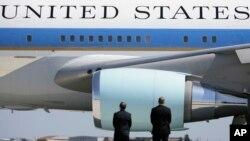 Dos agentes del Servicio Secreto montan guarda frente al avión presidencial Air Force One.