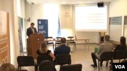 """Menadžer UNDP-a za istraživanje """"Puls javnosti"""" Atde Hetemi predstavlja najnoviji izveštaj u Prištini"""