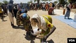 Para pengungsi di Sudan selatan antri pembagian bantuan makanan (foto: dok).