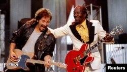 Чак Берри (справа) вместе с музыкантом Брюсом Спрингстином (слева) исполняют Johnny B. Goode, 1995