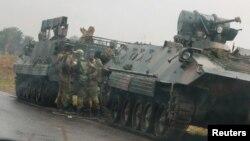 Beberapa tank militer tampak siaga di luar Harare, Zimbabwe, Selasa (14/11).