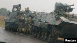 津巴布韦首都哈拉雷外围公路上的坦克和装甲车
