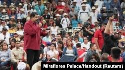 Presiden Venezuela, Nicolas Maduro (kiri) berbicara dalam sebuah kerumunan yang mendukungnya dan usulannya untuk Sidang Konstituen Nasional di Caracas, Venezuela, 27 Juni 2017 (foto: Istana Miraflores/Rilis via REUTERS)
