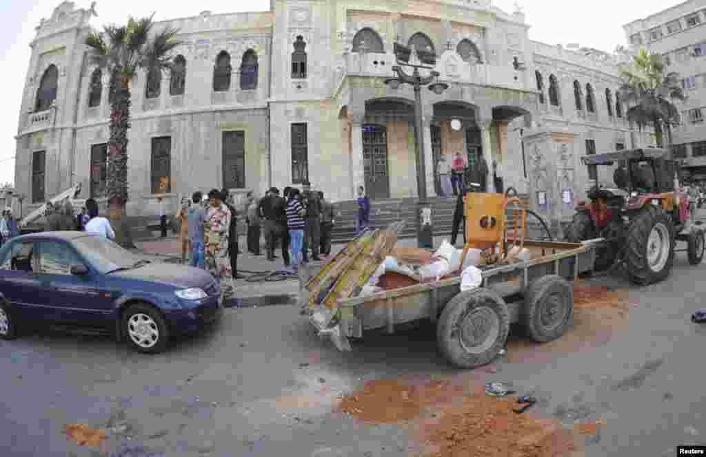 6일 시리아 다마스쿠스에서 폭탄테러가 발생한 가운데, 사고 현장에 사람들이 몰려들었다.