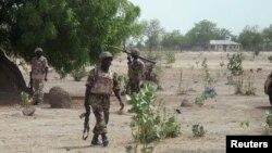 Sojojin Najeriya a kauyen Hausari, kusa da Maiduguri, 5 Yuni 2013, a yayin da suke ci gaba da farautar 'yan Boko Haram