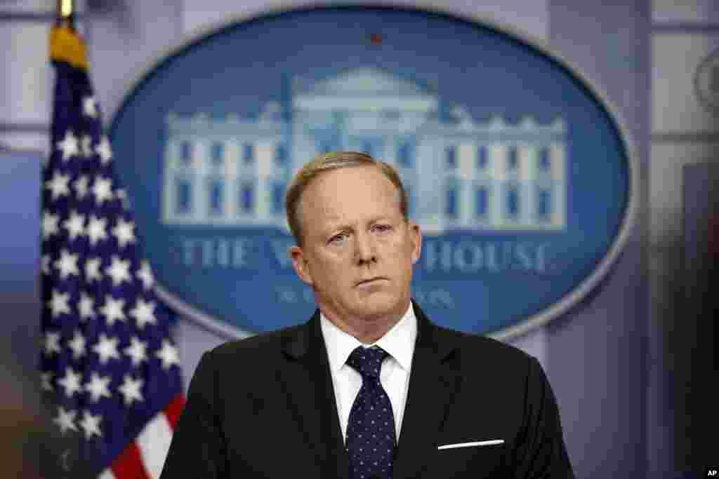 El 21 de julio de 2017, después de plantear al presidente su desacuerdo con el nombramiento de Anthony Scaramucci como director de Comunicaciones de la Casa Blanca, Sean Spicer deja su cargo de portavoz. En la foto, Spicer escucha una pregunta de un periodista durante una sesión informativa en la Casa Blanca, Washington, el 20 de junio de 2017.