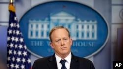 Pòt pawòl demisyonè a, Sean Spicer . Mezon Blanch , 29 jiyè 2017.
