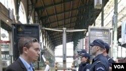 Polisi Perancis berpatroli di dalam stasiun kereta Gare du Nord di Paris. Aparat di Perancis, Inggris dan Jerman meningkatkan keamanan di fasilitas-fasilitas umum seperti ini.