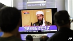 South Koreans watch a TV broadcasting a report about the death of Osama bin Laden, at Seoul train station in Seoul, South Korea, Monday, May 2, 2011.
