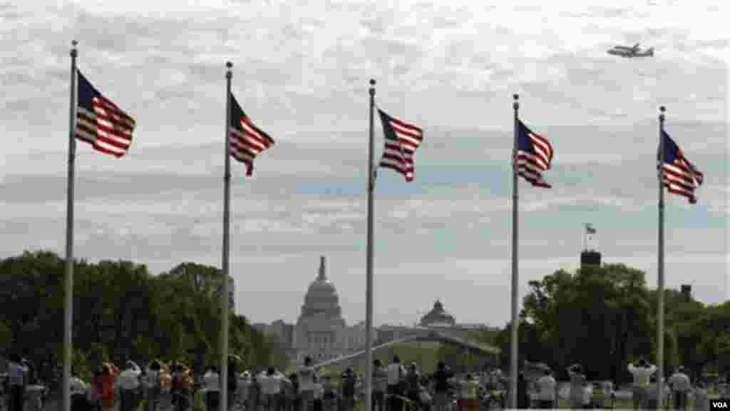 Pesawat Discovery terbang mengelilingi Washington, DC, tiga kali dalam rangka 'victory lap' sebelum resmi memasuki masa pensiun (foto: AP).