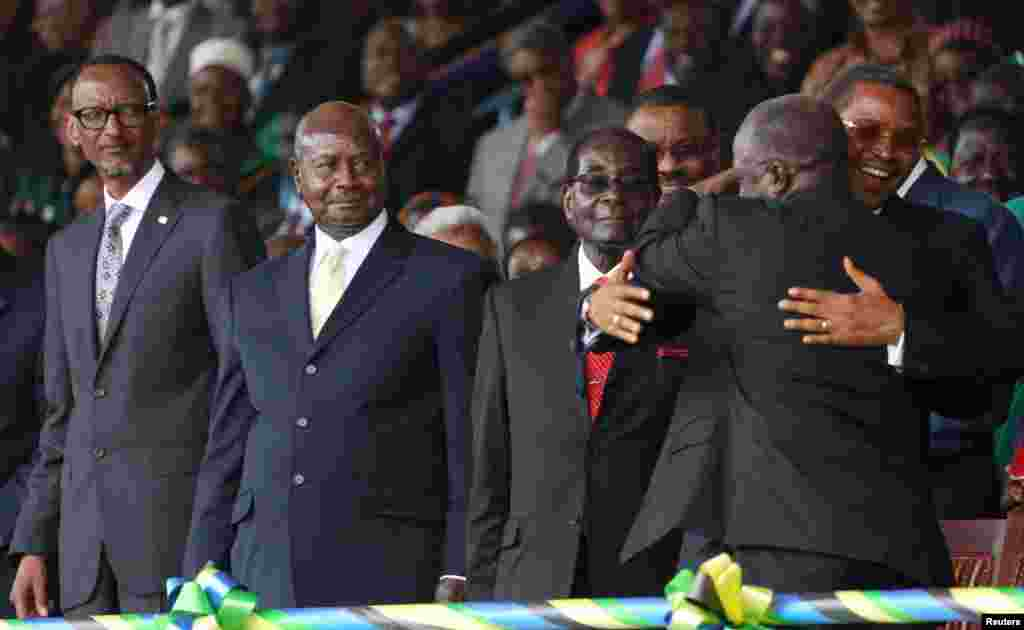 Le président élu de la Tanzanie John Pombe Magufuli embrasse le président sortant Jakaya Kikwete (D) lors de sa cérémonie d'investiture au stade Uhuru, à Dar es-Salaam, le 5 novembre, 2015. REUTERS / Emmanuel Herman - RTX1UWX0