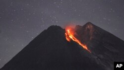 Gunung Merapi yang sedang erupsi terlihat dari Cangkringan, Yogyakarta, 29 Januari 2019. (Foto: AP)