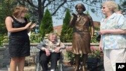 Madeline Piller i bivše radnice Pauline 'Toots' Fulleer i June Menne na svečanosti otkrivanja spomenika