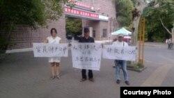 维权人士刘沙沙等中秋节在江西省新余市公安局举牌抗议 (图片来自刘沙沙推特)