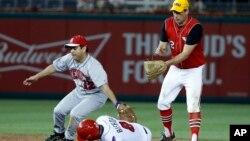 在2017年6月15日舉行的國會年度棒球賽上,圖左的加州民主黨眾議員瑞茲在密歇根州共和黨眾議員畢曉普試圖對圖右的俄亥俄州民主黨眾議員瑞恩盜壘時將其觸殺出局。