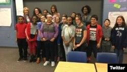 La primera dama de EE.UU. Melania Trump (centro atrás) y la secretaria de Educación Betsy DeVos (primera de atrás a la izquierda) posan con estudiantes de la escuela secundaria Orchard Lake, en Michigan, durante visita para hablar sobre la inclusión. Foto: @OLMS_Vikings.