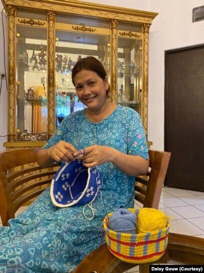 Isnayanti, Ibu Delsy, membantu bisnis Memorial Day dari Bogor, Indonesia.