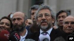 Tổng biên tập của tờ báo đối lập Cumhuriyet Can Dundar (phải) và Erdem Gul (trái), trưởng văn phòng Ankara, phát biểu trước các phương tiện truyền thông sau phiên tòa ở Istanbul, thứ Sáu ngày 25 tháng 3 năm 2016.