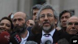 Dua wartawan Turki, Erdem Gul (kiri) dan Can Dundar (kanan) berbicara kepada media di Istanbul, Turki setelah penundaan sidang mereka Jumat (25/3).