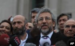 Dünkü duruşmaları 1 Nisan'a ertelenen Dündar ve Gül, Çağlayan adliyesi çıkışında açıklama yaparken