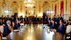 日本首相安倍晉三在日本東盟峰會期間召開的日本湄公河國家峰會上致開幕詞2013年12月14日