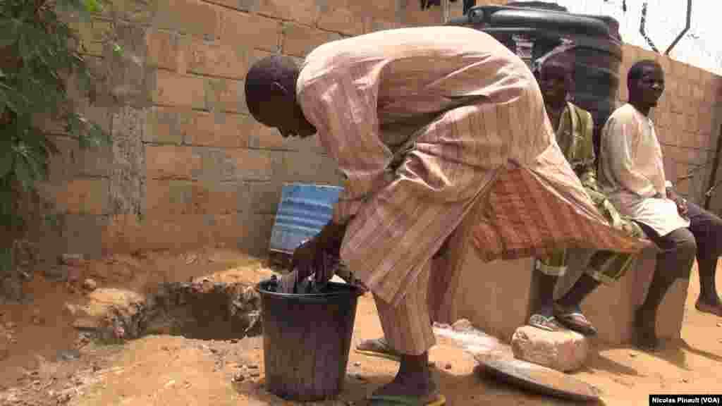 Un ex-combattants de Boko Haram lave son linge dans le centre de transition des repentis de Diffa, Niger, le 17 avril 2017 (VOA/Nicolas Pinault)